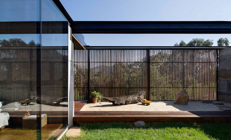 Strong horizontal lines, permeable screens and a striking use of glass results in a distinct blending of inside and out. Photo by Ben Hosking.